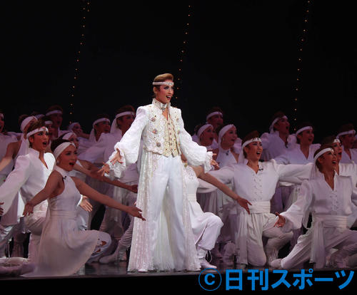 花組メンバーを率いて、退団公演で最後のショーに臨んだ花組トップ明日海りお(撮影・村上久美子)