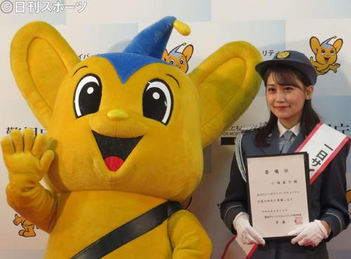 1日サイバーセキュリティー対策本部長に任命された小嶋真子(右)
