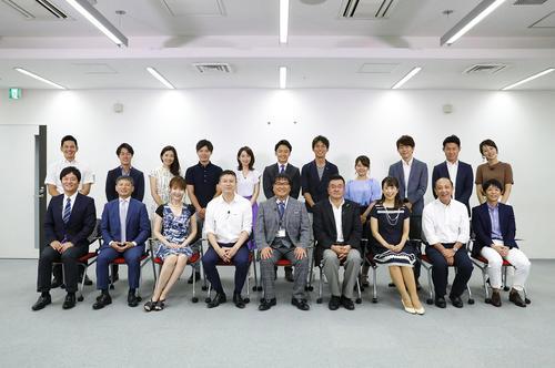 カンテレアナウンス局長にふんしたカンニング竹山(前列左から4人目)