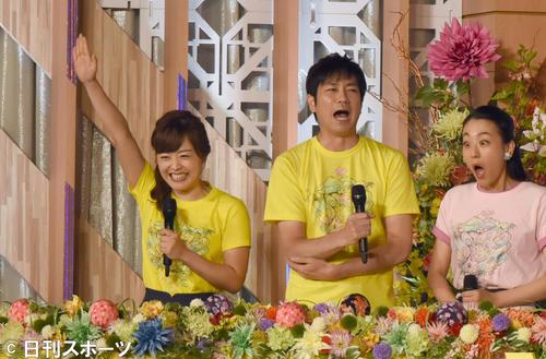 第4の走者は、総合司会の水ト麻美アナ(左)が「私です」と手を上げた。驚く羽鳥慎一アナ(中央)と浅田真央(右)(撮影・酒井清司)