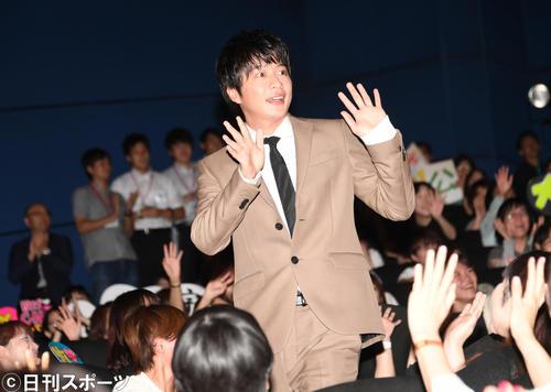 劇場版「おっさんずラブ」の初日舞台あいさつで、ファンの声援の中を登壇した田中圭(撮影・酒井清司)