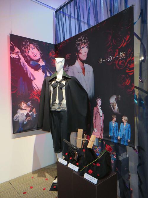 トップ主演代表作のひとつ「ポーの一族」で着用した衣装などを展示(撮影・村上久美子)