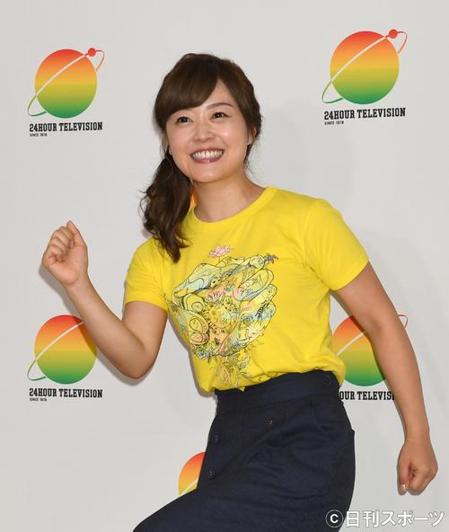 第4の走者に決まった、総合司会の水ト麻美アナは「頑張ります…」とおどけて笑顔で走るポーズ(撮影・酒井清司)