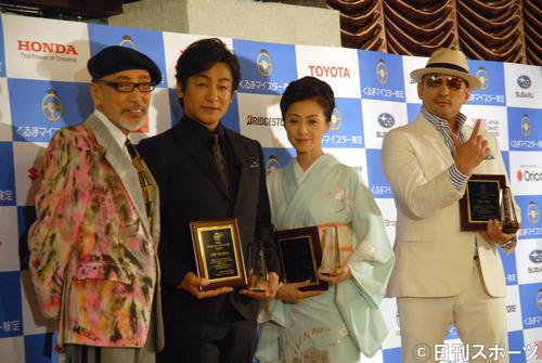 「日本ベスト・カー・フレンド賞」授賞式に出席した、左からテリー伊藤、片岡愛之助、長山洋子、横山剣(撮影・大友陽平)