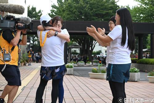 24時間駅伝で泣きながら、いとうあさことタスキリレーする日本テレビ水卜麻美アナウンサー。右から祝福するガンバレルーヤよしこ、近藤春菜