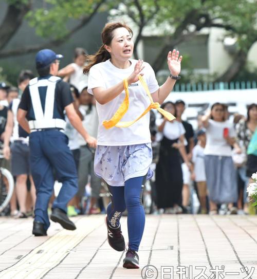 24時間駅伝のタスキリレー直前、涙を浮かべながら走る日本テレビ水卜麻美アナウンサー