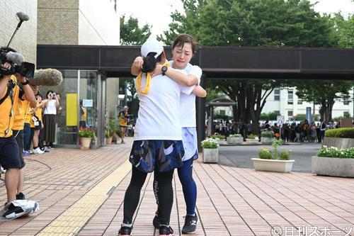 24時間駅伝で泣きながら、いとうあさことタスキリレーする日本テレビ水卜麻美アナウンサー