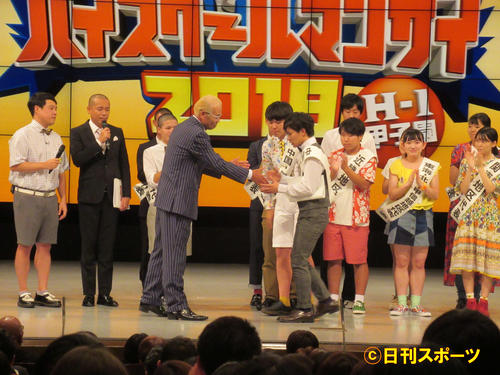 「ハイスクールマンザイ2019~H-1甲子園~」で優勝したセントラルドグマは、審査委員長のオール巨人(中央左)と握手する(撮影・星名希実)