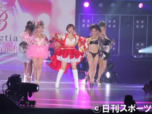 「関西コレクション2019 AUTUMN&WINTER」でライブステージを行った手島優(中央)(撮影・星名希実)