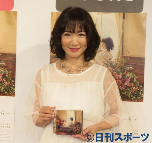 新曲「部屋とYシャツと私~あれから」の発売記念イベントを行った平松愛理