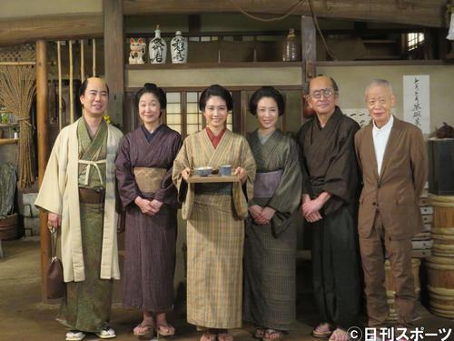 左から藤井隆、浅野温子、松本穂香、若村麻由美、石坂浩二、角川春樹監督