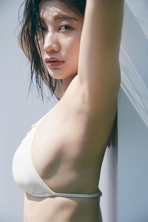 小倉優香のデジタル写真集「ぐらぐら」