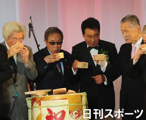 五木ひろしの歌手生活55周年記念パーティーで鏡開きを行った、左から小泉純一郎元首相、北島三郎、五木、森喜朗元首相(撮影・松本久)