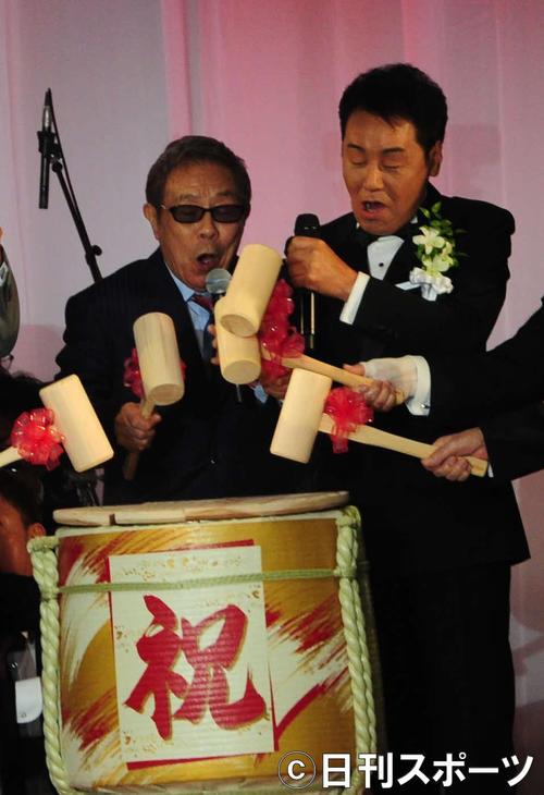 五木ひろし(右)の歌手生活55周年記念パーティーで鏡開きの音頭を取った北島三郎(撮影・松本久)