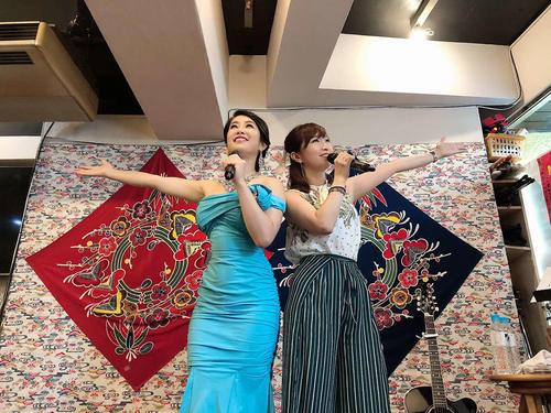 「都丸悠同門会」のライブで結婚を発表した前田瑠美(左)。右は2019ミスワイン・ファイナリストのTomo_yo