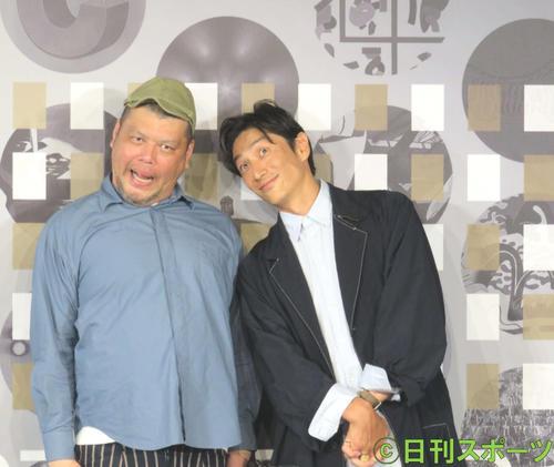 「ART START UP 100」の発表会見に出席したくっきー!(左)と伊勢谷友介