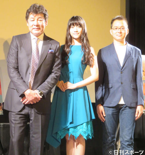 左から赤井英和、辻美優、目黒啓太監督