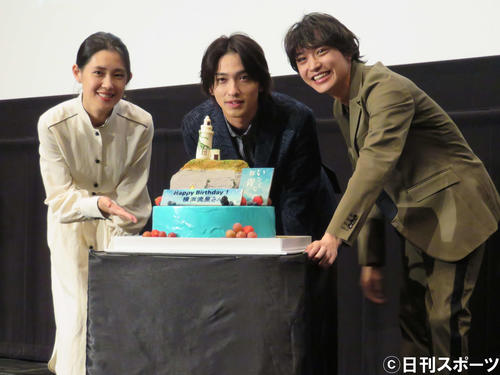 映画「いなくなれ、群青」の大ヒット御礼舞台あいさつに登壇した、左から柳明菜監督、横浜流星、松岡広大