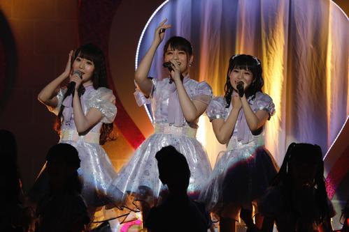 デビュー2周年ライブを行った=LOVE。左から大谷映美里、高松瞳、斉藤なぎさ