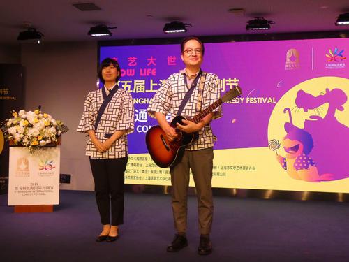 吉本新喜劇の松浦真也(右)と曽麻綾(左)が会見に出席