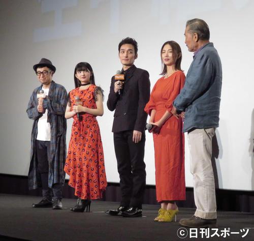 映画「台風家族」舞台あいさつに登壇した草なぎ剛(中央)。左から市井昌秀監督、甲田まひる、1人おいてMEGUMI、藤竜也
