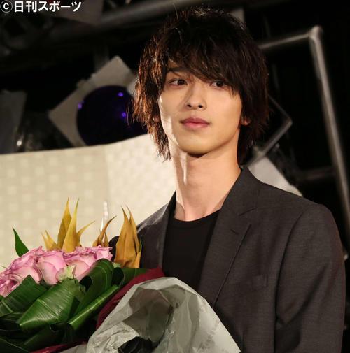 翌日に誕生日を迎える横浜流星はカレンダー発売イベントでバラの花束で祝福(撮影・小林千穂)