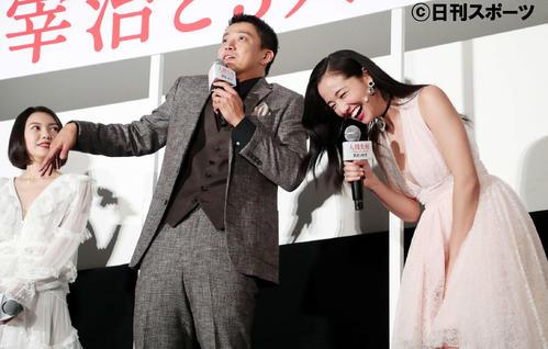 トークセッションで沢尻エリカ(右)の笑いを誘う小栗旬(中央)(撮影・鈴木正人)