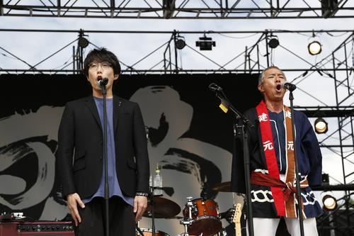 秋田県民歌を歌う高橋優(左)と柳葉敏郎