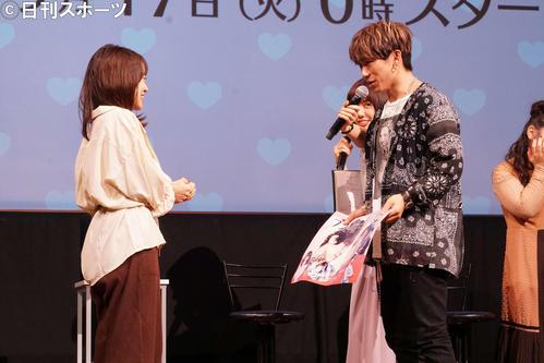 抽選で選ばれたファンにプロポーズし、ドラマのワンシーンを再現するEXILE NAOTO(右)(撮影・遠藤尚子)