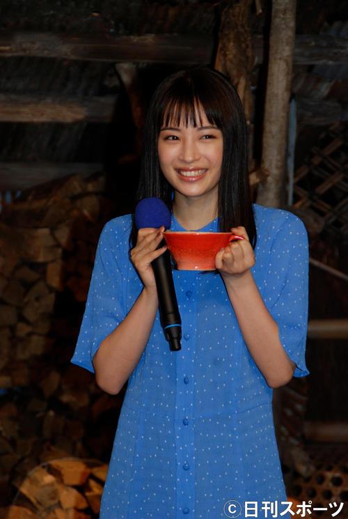 マグカップを贈られた広瀬すず(撮影・松浦隆司)