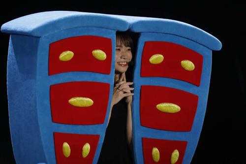 全国ツアーで、「隙間」を表現した衣装で「ズッキュン」を披露する秋元真夏