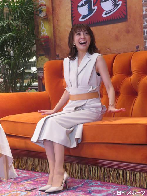 海外ドラマ「フレンズ」25周年記念イベントに出席し、同作を象徴するカウチソファに座りテンションが上がる小林麻耶