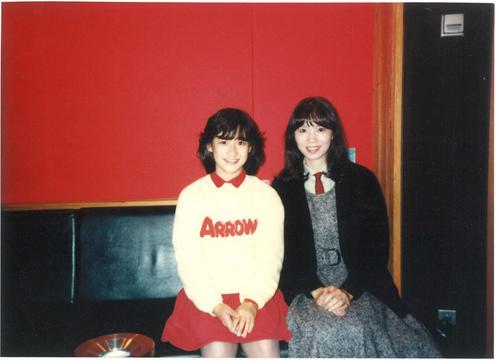 竹内まりや(右)が提供した、デビュー当時の岡田有希子さんとのスタジオで収められた2ショット写真