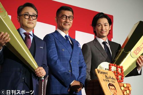 映画「記憶にございません!」のヒット記念舞台あいさつ。左から三谷幸喜監督、中井貴一、ディーン・フジオカ