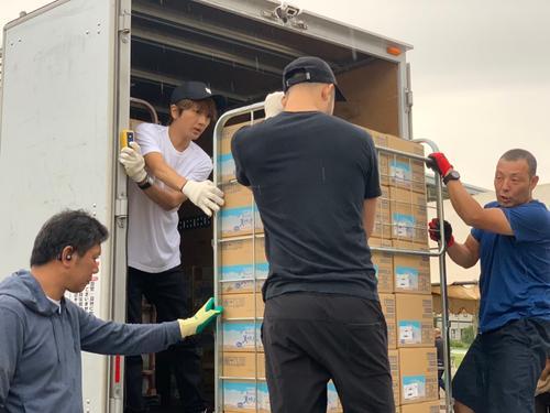 台風15号の被害を受けた千葉・山武市と八街市に支援物資を搬送するAAA西島隆弘(左から2人目)