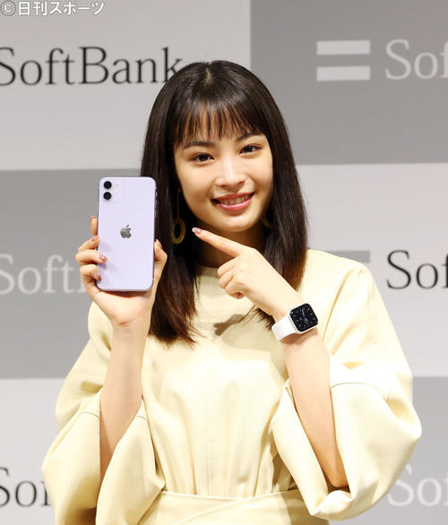 「iPhone(アイフォーン) 11 Pro」「iPhone11」発売セレモニー式で笑顔で写真に納まる広瀬すず(撮影・垰建太)