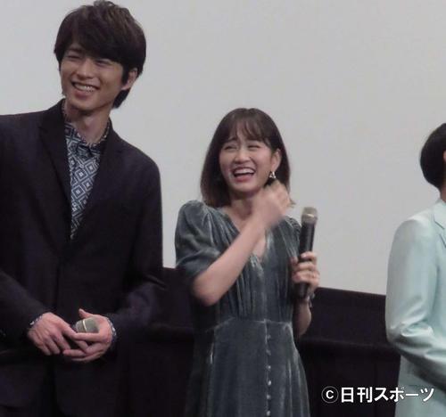 映画「葬式の名人」初日舞台あいさつに登壇した前田敦子。左は白洲迅、右は高良健吾(撮影・大井義明)