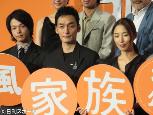 映画「台風家族」舞台あいさつ、左から中村倫也、草なぎ剛、MEGUMI(2019年9月6日撮影)