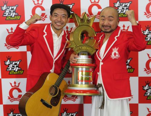 優勝した、どぶろっくの森慎太郎(左)と江口直人