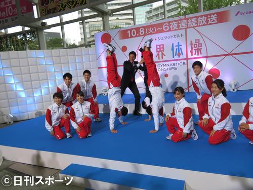 「世界体操」プレゼンターを務める知念侑李(中央奥右)は、松岡修造(同左)に支えられながら倒立して撮影に臨んだ(撮影・横山慧)