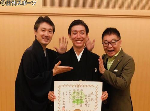 師匠花柳寿楽(左)と父生島ヒロシ(右)に花柳楽瞬襲名を祝福される生島翔