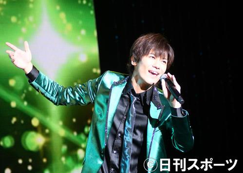 ファーストコンサートでデビュー曲「離さない 離さない」を歌う新浜レオン(撮影・大友陽平)