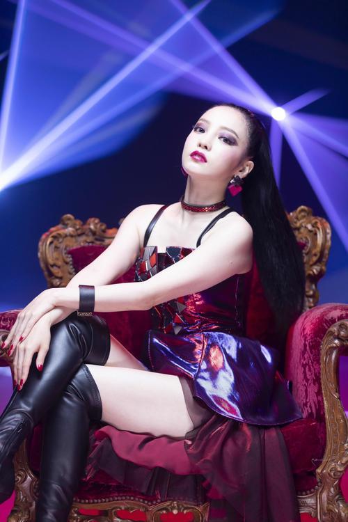 最新曲「Midnight Queen」のミュージックビデオでキレのあるダンスを披露しているHARA