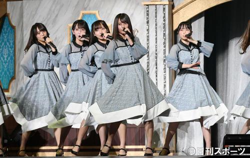 歌と踊りでステージを盛り上げる小坂菜緒(手前中央)ら日向坂46(撮影・滝沢徹郎)