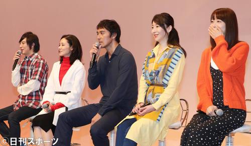 フジテレビ系ドラマ「まだ結婚できない男」制作発表に出席したキャストは、一般参加者の質疑応答に興味津々の様子を見せる(撮影・佐藤勝亮)