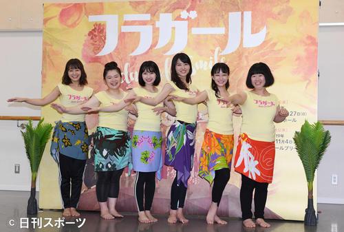 「フラガール -dance for smile-」稽古場公開のフォトセッションで、笑顔でポーズを決める出演者たち。左から太田奈緒、富田望生、井上小百合、矢島舞美、福島雪菜、伊藤修子(撮影・鈴木みどり)
