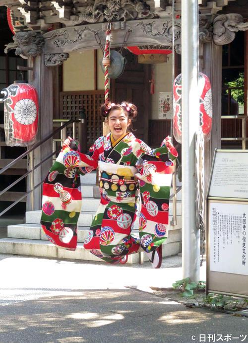 目黒・大円寺に20歳のお参りをし、元気にジャンプする井上咲楽(撮影・大井義明)
