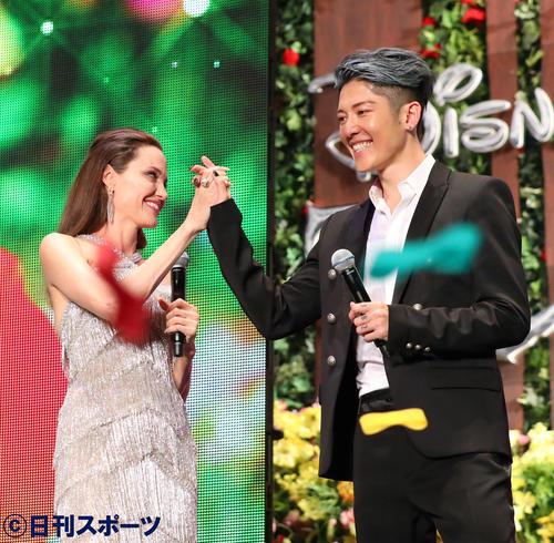 ステージ演出が成功しがっちり握手を交わすアンジェリーナ・ジョリー(左)とMIYAVI(撮影・河田真司)