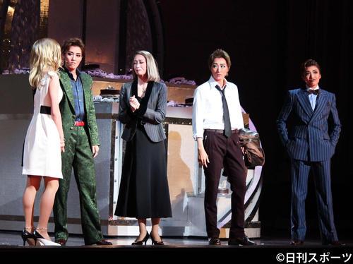 月組トップ珠城りょう(左から4人目)がホテルの御曹司を演じた日本初演ミュージカルに出演した(左から)女優役の美園さくら、そのマネジャーの月城かなと、主人公の母海乃美月、父を演じた鳳月杏(撮影・村上久美子)