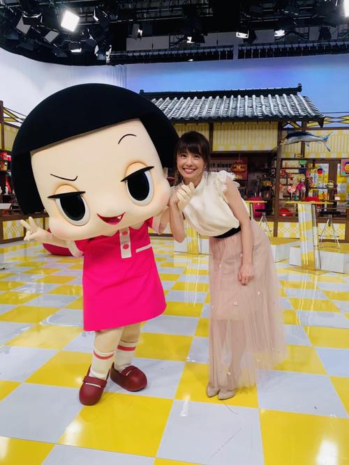 チコちゃん(左)と並んで笑顔を見せる小林麻耶